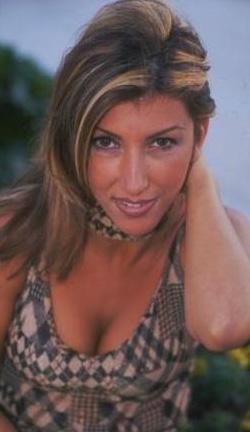 ÜNLÜ OLUNCA BOŞANDI  Hande Yener henüz şöhret olmadan önce eviydi.