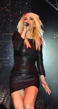 Aynı dönemde Cem Özer'in televizyon programında şarkı söyledi. 1994'te boşandı.