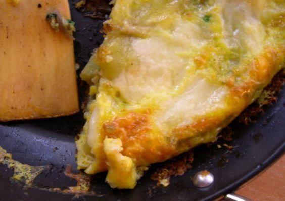 İspanyol usulü yumurta    Malzemesi   4 adet yumurta   Yarım su bardağı zeytinyağı   1 büyük boy soğan   500 gr. olgun domates   3 adet dolmalık biber   Tuz   Kızarmış ekmek   Yapılışı  Bir tencerede 4 çorba kaşığı zeytinyağını ısıtın ve ince ince kıyılmış soğanı, küçük parçalar halinde doğranmış domates ve biberi bu yağda kavurun. Tuz ile tadlandırın. Tencerenin kapağını kapatıp, kısık ateşte 40 dakika kadar pişirin. Bu karışımı servis tabağına alın. Kalan zeytinyağını tavaya koyun. Yumurtaları bu yağa kırarak pişirin. Yumurtaların şekillerini bozmadan tavadan çıkartın ve domatesin üzerine yerleştirip, servis yapın.
