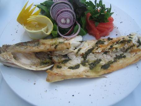 Katalan usulü deniz levreği   Malzemeler  4 adet Deniz Levreği Filetosu   1 adet büyük boy soğan (yemeklik doğranmış)   1/2 bağ maydanoz (kabaca doğranmış)   3 diş sarımsak (ince dilimlenmiş)   3 adet domates (rendelenmiş)   Tuz   Karabiber  Yapılışı   Levrekleri tuz ve karabiberle lezzetlendirdikten sonra içleri çiğ kalacak şekilde her iki tarafını zeytinyağında soteleyin. Balıkları kenara alın ve aynı tavada soğanı ve sarımsağı pembeleşinceye kadar kısık ateşte soteleyin. Domatesleri ve maydanozun yarısını ilave ederek 10 dakika kısık ateşte domatesli karışımı pişirin. Ardından balıkları ilave edin ve kalan maydanozu balıkların üzerine ilave edin. Kapağı kapalı olarak 10 dakika daha sosla pişirin.