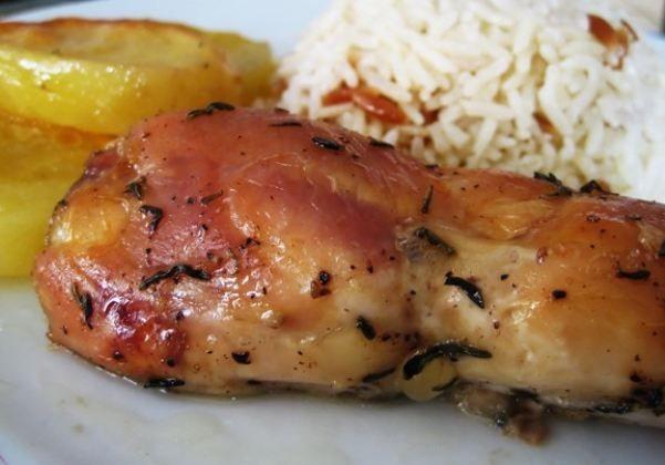İspanyol usulü tavuk  Malzemeler  4 tavuk budu   2 çorba kaşığı çiçekyağı   3 soğan   1 diş sarımsak   150 gr. tavuk suyu   Tuz   Karabiber   450 gr. domates   16 adet içi biberli yeşil zeytin   1 çorba kaşığı mısır unu   1 çorba kaşığı su   Yapılışı  Tavuk butlarını yağda iyice kızartın. Bir tabağa alın. Dilimlenmiş soğan ve dövülmüş sarmısağı tencereye ilave edip 3 dakika kadar kızartın. Tavuk parçalarını, tekrar tavuk suyu, baharat ve dilimlenmiş domateslerle birlikte soğanların yanına tencereye koyun. Üstü kapalı olarak 30 dakika yavaş ateşte pişirin. Tavukları servis tabağına alın.  Yeşil zeytinleri, su ve bir kaşık sıcak sos ile karıştırılmış mısır ununu tencereye koyup karıştırın, kaynatın ve koyulaşana kadar iyice karıştırın. Sonra ateşi kısıp 3 dakika kadar pişirin ve tavukların üstüne bu sosu dökerek servis yapın.