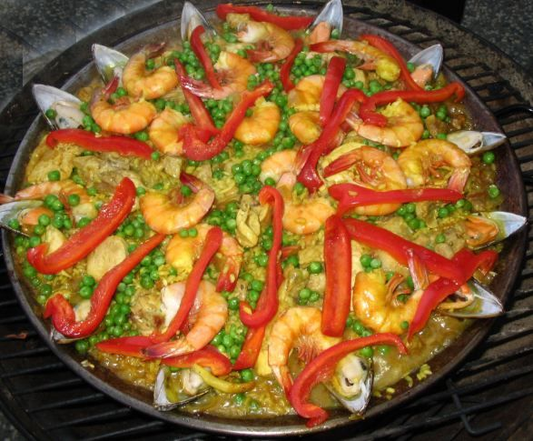 Paella   Malzemeler  1 orta boy kuru soğan   5 diş sarımsak   100 gr ahtapot   50 gr kalamar   150 gr beyaz etli balık   30 gr mantar   1 tatlı kaşığı Köri sos   1 gr safran   500 gr pirinç (20 dakika sıcak suda bekletilecek)   Yapılışı  Sarımsakla soğan kavurun. Önceden hazırlamış olduğunuz malzemeler ardından yarım litre kaynamış suyu ekleyin. Pirinci süzerek malzemelerle birlikte normal ateşte 10 dakika pişirin. Baharatları ilave edin. Sulu kalacak şekilde 10 dakika kısık ateşte bekletin. Servis etmeden önce üzerine kızarmış tereyağı dökün.