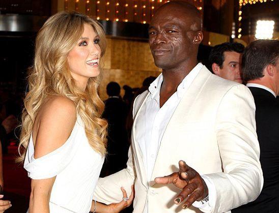 Boşandıktan sonra bir süre alyansını takmaya devam eden Seal (49), Avustralya'nın Melbourne kentinde düzenlenen Logie Ödülleri'ne 27 yaşındaki sevgilisi Delta Goodrem'le birlikte katıldı.