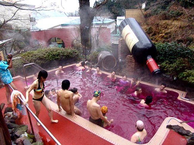 Çay, kahve, kırmızı şarap, saki ya da noodle banyosu yapın.  Hakone, Japonya'daki Yunessan Spa ailelere hitap eden sıcak kış temalı bir park. Yunessan'da, spa banyolarında müşterilere alışılagelenden biraz daha farklı seçenekler sunuluyor; yeşil çay, kahve, kırmızı şarap, sake ve noodle gibi. Sakinin cildiniz için , yeşil çayın ise bağışıklık sisteminiz için iyi olduğu söyleniyor. Benzer şekilde, Çek Cumhuriyeti'ndeki Chodover Ailesi bira fabrikası, vücudun sürkilasyonunu ve detoksifiyesini hızlandırdırğına inandırılan siyah bira fıçıları içinde banyo öneriyor.