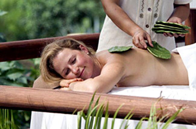 Kaktüs masajı.  Meksika çöllerinden çıkın ve Meksiko'daki Four Seasons Resort Punta Mita'da kaktüs masajını deneyin. Dikenleri olmayan kaktüslerle uygulanan masajın fiyatı 250 dolar, faydası ise sizi toksinlerden arındırmak ve cildinizi nemlendirmek.