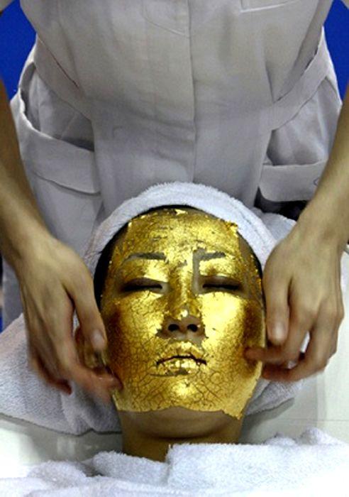 24 ayar altın.  Japonya'da ayrıca, Umo adlı güzellik şirketi 250 dolara 24 ayar altın bakımı uyguluyor. Kleopatra'dan Ch'ing hanedanlığına, altın her zaman genç bir cilt için kullanıldı. Umo da bu bakımın hücre yenilenmesini hızlandırarak ve oksidasyon hasarlarını tersine çevirerek yeniden canlandırmaya yaradığını söylüyor.