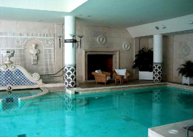 Daha çok yenilebilir bakım.  Bir günde gladyatör olma eğitimi alabileceğiniz otelde aynı zamanda havyar ile sıkılaştırıcı bakım da yaptırabiliyorsunuz. Roma, The Cavalieri Hilton Otelinin Grand Spa'sı hem havyar yüz hem havyar vücut bakımı sunuyor ki bu işlemler mat cildinizi sıkışaltırıp parlamasına sebep oluyor.