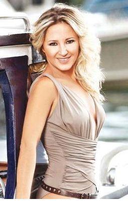 Şarkıcı Pınar Aylin minyon bir fiziğe sahip. Bu yüzden onun lakabı 'şirine'.
