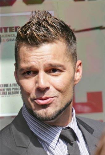 Ciltlerindaki kusurları tıpkı kadın yıldızlar gibi makyajla kapatan erkek ünlüler de var. Ricky Martin, derin sivilce izlerindan şikayetçi.