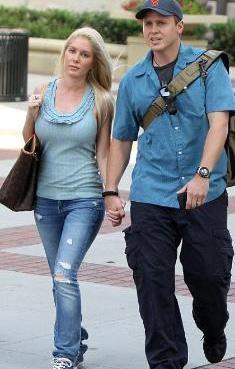 The Hills dizisiyle yıldızı parlayan ve sonradan her yaptıkları olay olan Heidi Montag ve Spencer Pratt, Hollywood'dan kovulunca 28 aşındaki aktörün ailesinin evine taşınmak zorunda kaldılar.