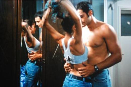 TAZMİNATLIK SEVİŞME SAHNESİ  Beren Saat'in ikinci sinema filmi olan Gecenin Kanatları daha çekimleri aşamasında ilgi topladı. Ama filmin sevişme sahnelerinin basında yer alması tam anlamıyla bir kavganın çıkmasına neden oldu.