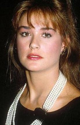 Moore, Fransız Marie Claire dergisine verdiği röportajda yaşından çok genç görünüyor olmasının nedinini estetik operasyonlara bağlayan iddiaları yalanladı.