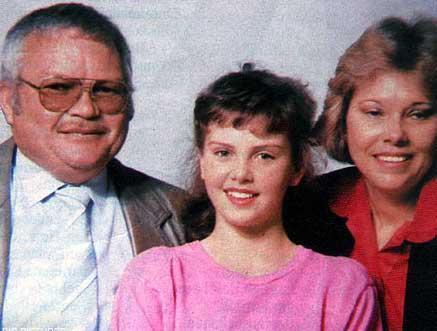 Theron ailesinin mutlu günleri o korkunç gecede sona erdi. Charlize ve annesi Gerda için yeni bir hayat başladı.