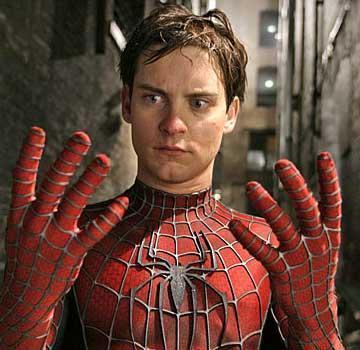 Aktör henüz 3 yaşındayken anne ve babası ayrıldı ve Maguire diğer aile bireyleriyle birlikte yaşamak zorunda kaldı.