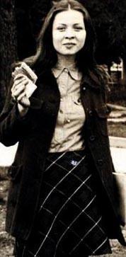 Düvenci'nin müzik öğretmeni olan annesi 7 Mart 1981'de henüz 30 yaşındayken geçirdiği bir trafik kazasında gözlerini kaybetti. Sakin bir cumartesi günüydü... Öğrencileri tiyatroya götüreceklerdi.... Mustafakemalpaşa'dan Bursa'ya.