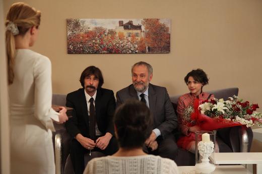 """Pazar ekranının izlenme rekorları kıran dizisi """"Behzat Ç. Bir Ankara Polisiyesi""""nde bu hafta düğün var. Behzat Ç., Savcı Esra ile nikâh masasına oturuyor."""