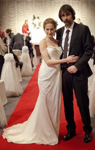 """Savcı Esra da """"Benimle gelecek hafta evlenir misin Behzat?"""" diye sormuş ve düğünün bu hafta olacağının sinyalini vermişti. Merakla beklenen düğün sahnesi, 22 Nisan Pazar akşamı saat 22.00'de ekrana gelecek."""