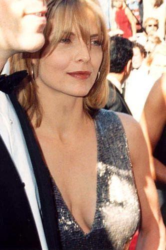 Şimdi 51 yaşında olan ve 'yılların eskitemediği güzellik, şarap gibi kadınlar' listelerine girmeyi başaran Pfeiffer'e göre en büyük kusuru burnu. Pfeiffer, kendi burnunu 'ördek burnuna' benzetiyor.
