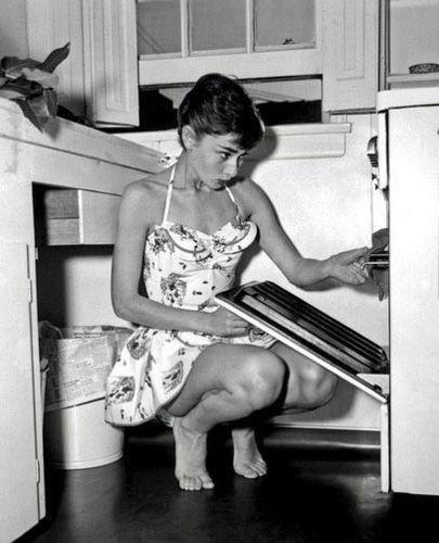 Gazete ve dergilerde kendisinden 'Büyüleyici güzel', 'Moda kraliçesi', 'Mükemmel kadın' olarak sözedilen Audrey Hepburn'un kendisinde özgüvenini yitirme duygusuna yol açan kusuru ayaklarıydı.