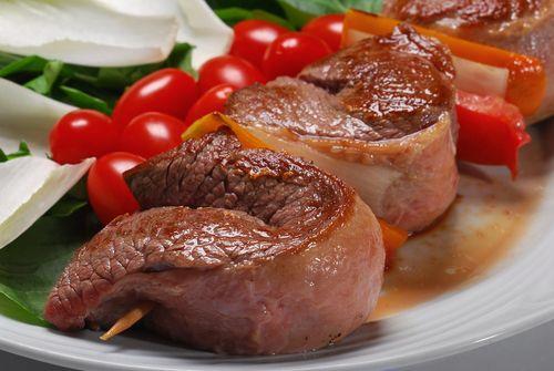 Etler   Sağlıklı bir yaşam için et tüketiminde aşırıya kaçılmasını önerilmez. Özellikle mangal, döner usulü ateşe direkt maruz kalan etler; kolon, rektum, endometrium, safrakesesi, karaciğer, mide, akciğer, özofagus, lösemi, prostat gibi kanser türlerinin riskini artırıyor. Günde yaklaşık 100 gr et tüketilmesini, bir öğünde et tüketiliyorsa diğer öğünde sebze tüketilmesini öneriyoruz. Şarküteri ürünleri ise içeriğindeki sodyum nitrat nedeniyle mide kanserini tetikliyor. Nadiren yenilse dahi yanında portakal suyu ya da gerçek limon sıkılmış bir salata yemek bu gıdalardaki zararlı maddelerin emilimini azaltıyor.