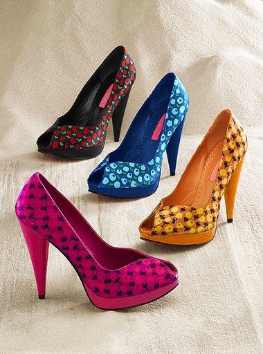 Yaz geldi. Gardırobun yenilenme zamanı! Kadınların olmazsa olmazlarından biri olan çeşit çeşit ayakkabılar vitrinlerde alıcılarını bekliyor. Ancak yalnızca modanın etkisiyle alınan ayakkabılar, çeşitli sorunların ortaya çıkmasına neden olabiliyor. İşte size hem moda hem ayak sağlığı diyen kadınlar için, ayak sağlığını koruyacak öneriler…