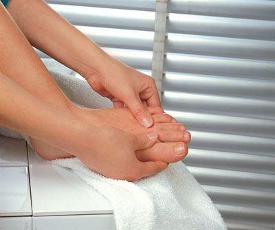 4-Kas Hastalıkları   Ayakta şekil bozukluğunun oluşumunda kasların büyük önemi bulunuyor. Eğer kişide herhangi bir kas rahatsızlığı varsa kaslarında deformite çok daha kolay oluşuyor. Sonuç olarak da kasların yıpranmış olması parmakların birbirlerinin üzerine çıkmasına neden oluyor.