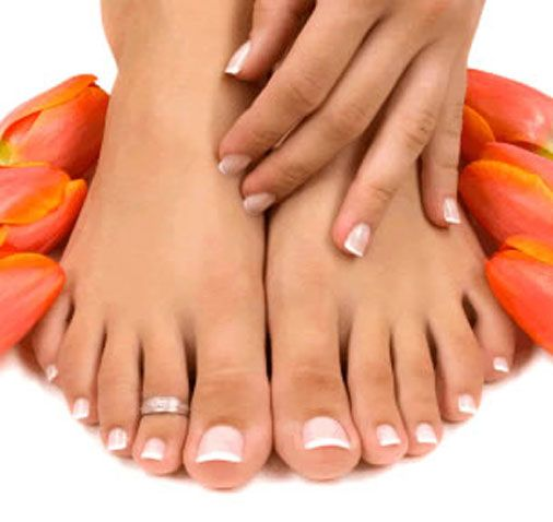 Ayakta şekil bozukluğunu önleyecek öneriler:   1-Ön kısmı geniş topuğu 5 santimi geçmeyen ayakkabıları tercih edin.   2-Eğer ailesel bir yatkınlığınız varsa 15 yaşından itibaren parmak arasına silikon makara takın.   3-Babet tarzı ayakkabıları tercih etmeyin. Ayakkabınız dümdüzse içerisine topuk yükseltici koyun.   4-Genetik yatkınlık durumunda ergenlik dönemindeki çocuğunuzu ortopedi muayenesine götürün.   Kaynak: Sağlık&Yasam