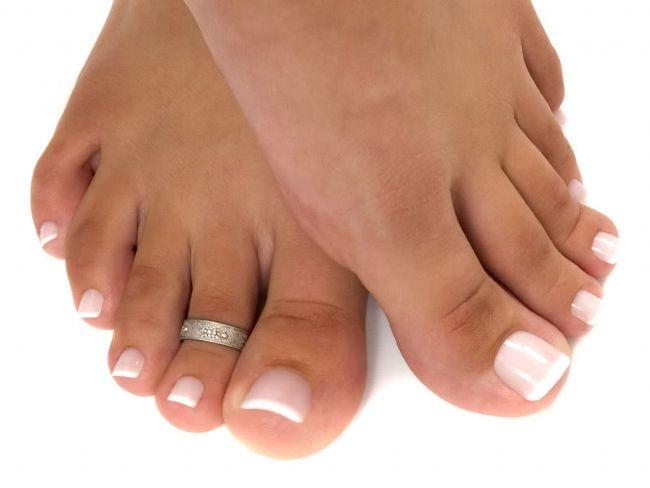 5-Diyabet Hastalığı   Diyabet (Şeker) hastalığı vücutta bir çok organa etki ediyor. Ayak da diyabet hastalığının zarar verdiği bölgeler arasında yer alıyor. Ayaktaki his kusuruna bağlı olarak yaralar ve parmaklarda şekil bozuklukları oluşabiliyor.