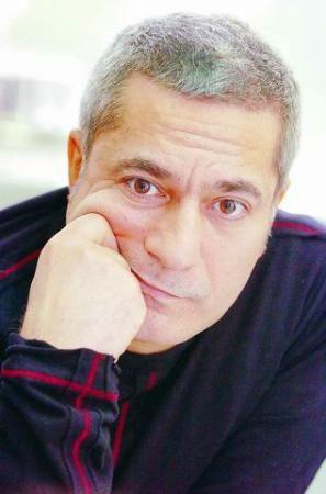 Mehmet Ali Erbil  Ayda 16 litre ilaç  'Kaçış Sendromu' isimli hastalığı nedeniyle bir süre öncesine kadar sık sık hastaneye kaldırılan ünlü şovmen hâlâ sürekli doktor kontrolünde yaşıyor.