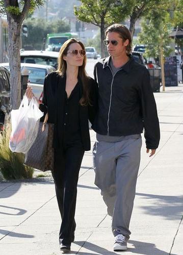 Ünlülerin düğünlerini, çocuklarını ya da sıradışı hallerini çeken paparazziler köşeyi dönüyor. En çok kazandıranlar listesinin başında Angelina Jolie ve Brad Pitt geliyor. Peki kimi görüntüleyen, ne kadar kazanıyor?
