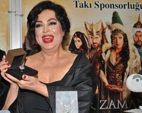 Türkan Şoray da güzelliğiyle yıllara meydan okuyor.