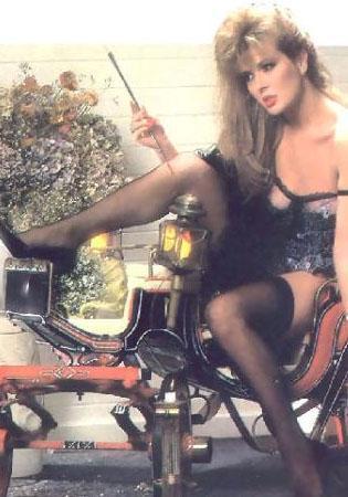 Gerçek adıyla Nermin Ocak ya da gösteri dünyasındaki adıyla HArika Avcı da 80'lerin önde gelen yıldızlarından.