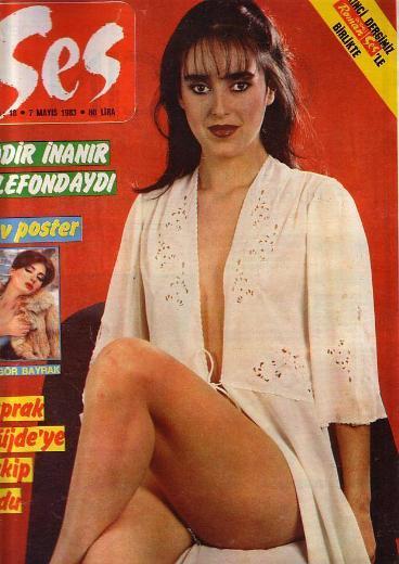 Ünlü müzisyen Atilla Özdemiroğlu'nun kızı olan Yaprak 80'lerin en güzel yüzlerinden biriydi.