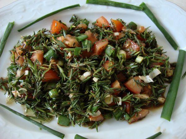 Zahter salatası  Malzemeler   100 gr Zahter   4 Dal Taze Soğan   1 Tutam Maydanoz   Nar Ekşisi   Pul Biber   Zeytinyağı   Yapılışı   Zahter, taze soğan ve maydanoz ince ince kıyılır, pul biberle bir süre ovulur, nar ekşisi ve zeytinyağı ile karıştırılarak servis yapılır.