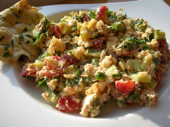 Çökelek salatası  Malzemeler   Soğan   Domates   Salatalık   Biber   Maydanoz   Zeytinyağı   Çökelek   Yapılışı   Yıkanan tüm sebzeler ince kıyım doğranır. Çökeleğe eklenerek kanştırılır. Tuz eklenir. Üzerinde zeytinyağı gezdirilerek servis yapılır.