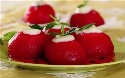 Elma tatlısı  Malzemeler:  1 kg ufak sulu Amasya elması   3 adet karanfil   3 kahve fincan toz şeker   100 gr kaymak   Hazırlanışı:  İyice yıkanıp, soyulan elmaların çekirdekleri bir kabak oyacağı yardımı ile elmaların şekli bozulmadan çıkarılır (elmalar bütün kalmalıdır). Elmaların ortasına yarım kahve fincanı şeker konularak iki parmak suda, ağır ateşte yaklaşık 25 dakika pişirilir. Pişerken suyuna karanfil katılır. Soğuduktan sonra elmaların ortasına kaymak konularak servis yapılır.