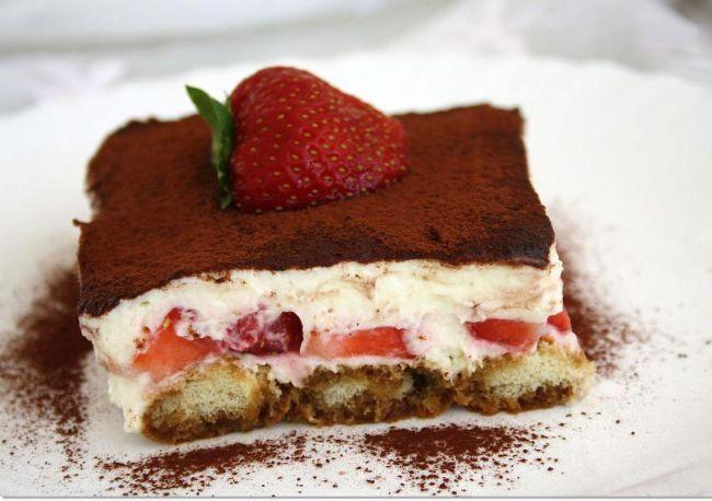 Çilekli tiremisu  Malzemeler:  1 adet sade pasta keki   1 çay bardağı süt   3 çorba kaşığı çilek reçeli   Kreması için:   2 su bardağı süt   3 çorba kaşığı un   4 çorba kaşığı şeker   1 adet yumurta sarısı   1 paket vanilya   1 paket labne peynir   200 gram çilek   Hazırlanışı:  Öncelikle kremayı yapmak için tencereye yumurta sarısı, un, şeker ve sütü koyup karıştırın. Ocak üzerinde koyulaşıncaya kadar karıştırarak pişirin. Ocaktan alın, içine labne peyniri koyup karışıma yedirin ve soğumaya bırakın. Bu arada süt ve çilek reçelini bir kâsede karıştırın. Kekin iki katını da bu sütle ıslatın. Bir kat kekin üzerine kremadan 5-6 kaşık dökün. Çileklerden dilim yapıp üzerine dizin. İkinci katı da üzerine kapatıp kalan kremanın tamamını üzerine başaltın. Çileklerle süsleyip soğuk olarak servis yapın.