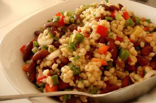 Buğdaylı salata  Malzemeler  15 gr. buğday   1/2 adet arpacık soğanı   50 gr. kiraz domates   20 gr. mısır   30 gr. kıvırcık salata   40 gr. yoğurt   10 gr. şeker   25 gr. kıyılmış maydanoz   Tuz   Karabiber  Yapılışı   Buğdayı 25 dakika hafif tuzlu suda al dente kıvamına gelinceye kadar pişirin. Arpacık soğanını soyun ve ince doğrayın. Domatesleri yıkayın ve kurulayın, ikiye bölün. Mısırın suyunu süzün. Soğan, domates ve mısırı karıştırın. Salatayı yıkayın ve suyunu süzün. Salatanın yansını ince, kalanını küçük parçalar halinde doğrayıp sebzelerle karıştırın. Buğdayın suyunu süzün. Soğuduktan sonra salataya ekleyip karışımı servis tabağına alın.  Yoğurdu tuz, karabiber ve şekerle tatlandırın, maydanozu ekleyerek sos elde edin. Sosu salatanın üzerine döküp servis edin.