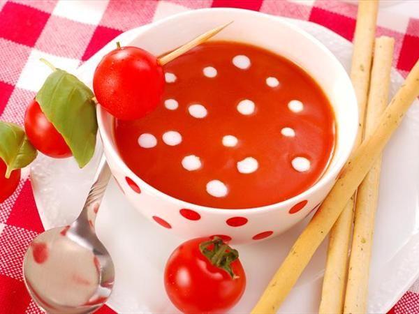 Domates çorbası  Malzemeler  150 gr. olgun domates   1/2 adet soğan   20 ml. sıvıyağ   250 ml. sebze suyu   1/2 demet ince kıyılmış maydanoz   20 ml. krema   Tuz   Karabiber  Yapılışı   Domatesleri yıkayıp kurulayın, ince dilimleyin. Soğanı soyun ve küp doğrayın. Sıvı yağı kızdırın ve soğanı pembeleşmeye bırakın. Domatesleri ekleyin. 2 dakika karıştırmadan pişirerek sularını salmalarını bekleyin. Sebze suyunu da ekledikten sonra tencerenin kapağını kapatın ve 5 dakika hafif ateşte pişirin. Tuz ve karabiber serpin. Maydanozu ekleyin. Krema ilave ederek servis edin.