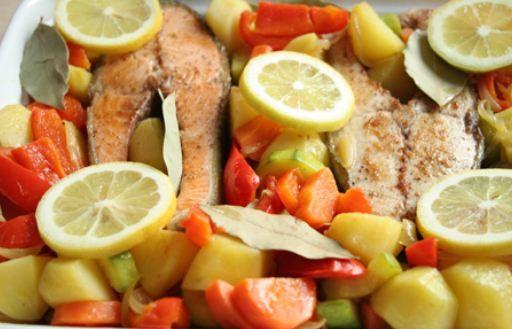 Sebzeli balık  Malzemeler  500 gr beyaz etli balık   1 adet soğan   4 çorba kaşığı sıvıyağ   5 diş sarımsak   1'er adet domates, çarliston biber, kabak, patates, patlıcan ve şalgam   1 tatlı kaşığı kimyon   1 çorba kaşığı zerdeçal   Yarım demet maydanoz   Yapılışı  Küp doğranmış soğanı sıvıyağda kavurun. Sarımsak, küp doğranmış domates, biber, kabak, patates, patlıcan ve şalgam ekleyip 5 dakika soteleyin. 1 çay bardağı sıcak su ilave edin. Kılçığı alınmış, fileto balık, kimyon ve zerdeçal ekleyip 10 dakika pişirin. Kıyılmış maydanozla servis yapın.