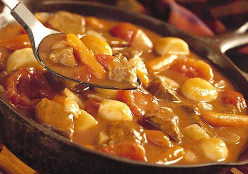 Sığır yahnisi  Malzemeler:  1 kg. sığır eti (yağı alınmış ve iri küpler halinde kesilmiş)   2 çorba kaşığı içyağı veya   75 gr. tereyağı   100 gr. kuzunun sırt yağı   1 çorba kaşığı un   1 karışık ot demeti   Karabiber   tuz   200 gr. iri arpacık soğanı   200 gr. bütün küçük mantar   1 çorba kaşığı toz şeker   30 gr. tereyağı   Hazırlanışı:  İçyağını veya tereyağını tencerede eritin. Kızınca içine etleri atın ve altınımsı kahverengi oluncaya kadar hızlı ateşte kızartın. Kızarmış etleri bir tabağa alın ve tencerenin içine küçük küçük kestiğiniz sırt yağını atın. Yağlar kıtır kıtır oluncaya kadar kızartın. Unu, karabiberi ve tuzu tencerede kızaran yağların üzerine atın, bir çevirip etleri tekrar tencereye koyun.  Karışık ot demetini de atarak, tencerenin kapağını kapatın.  Yemek kaynamaya başlayınca ateşi kısın ve 2 saat pişirin. Pişme sırasında yemeğinizi takip edin. Suyu çok azalırsa, zaman zaman içine çok az sıcak su ekleyin. Küçük bir tencerede tereyağını eritin. Kızınca içine bütün halde soyulmuş arpacık soğanlarını atın ve karıştırarak kavurun. Soğanlar biraz kızarınca bütün olarak mantarları ilave edin ve birlikte 3-4 dakika daha kavurup hepsini etin üzerine ilave edin. Şekeri de ete ilave ederek yemeğinizi 30 dakika daha pişirin. Yemeğiniz pişince, karışık ot demetini çıkararak atın, tuzunu karabiberini kontrol edin. Yanında haşlanmış patates ve sarımsaklı marul salatası ile servis yapın.