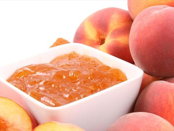 Şeftali marmelatı  Mazemeler:  1,5 kg şeftali (çekirdekleri çıkarılıp, iri doğranmış)   2 limonun kabuğu (ince soyulmuş)   1 orta boy ekşi elma (doğranmış)   2 karanfil   1+1/4 su bardağı su   1,5 kg. (6+1/4 su bardağı) şeker   1 tatlı kaşığı yenibahar   Hazırlanışı:  Limon kabuğu, doğranmış elma ve karanfilleri tülbentten bir torbaya koyup, ağzını sıkıca bağlayınız. Torbayı büyük bir tencereye koyup, ipini tencerenin sapına bağlayınız. Tencereye şeftalileri ve suyu koyup, orta ateşe oturtarak, sürekli karıştırarak kaynatınız. Su kaynaymca ateşi kısıp, ara-sıra karıştırarak 6-7 dakika, şeftaliler biraz yumuşayıncaya kadar pişirdikten sonra, yenibaharı serpiniz. Şekeri ekleyip, reçeli sürekli karıştırarak, şeker tamamen eriyinceye kadar pişiriniz. Ateşi orta sıcaklığa yükseltip 20 dakika, madeni bir kaşıkla sık sık karıştırıp, üstünde biriken köpükleri alıp atarak, marmelat koyulaşıncaya kadar kaynatınız. (Marmelatın kıvamını bulup bulmadığmı anlamak için, tencereyi ateşten alınız. 1 tatlı kaşığı marmelatı soğuk bir fincan tabağına damlatınız. Soğuyunca kenarından parmak ucunuzla kaldrrmız. Marmelat kırışırsa kıvamını bulmuş demektir. Kıvamını bulmamışsa yeniden ateşe oturtup, karıştırarak, kıvamını bulana kadar pişirmeye ve birkaç dakikada bir denemeye devam ediniz.) Tencereyi ateşten alınız.  Tahta bir kaşığın sırtıyla, tülbenti tencerenin kenarına bastırarak bütün suyunu çıkardıktan sonra, torbayı atınız. Tencereyi bir kenarda 5 dakika bekletiniz.  Bir kepçeyle marmelatı temiz, kuru ve ısıtılmış kavanozlara boşaltınız. Her kavanozun ağzına alüminyum kağıttan kesilmiş küçük daireler bastırınız. Kavanozların kapaklarını kapatıp, lastikle sıkıştırınız. Etiketleyip, serin ve karanlık bir yerde saklayınız.   Not: Lezzetli ve yafimı kolay şeftali marmelatını, Fransızlar gibi sıcak ay çöreklerine sürerek çay sofralarınızda servis edebilirsiniz.