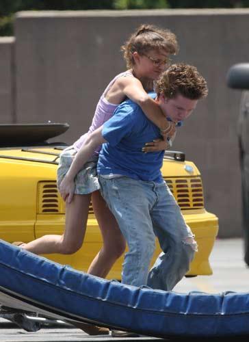 Ünlü oyuncu Natalie Portman yeni filminin çekimleri sırasında dengesini kaybedince flaşlar ardı ardına patladı.