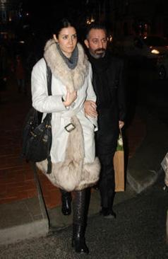Yılmaz, daha önce de eşine düğün hediyesi olarak Alaçatı'da 400 bin Euro'ya ev almıştı.