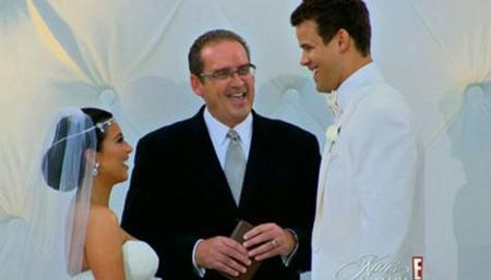 Kardashian düğününün iki bölüm halinde yayınlanması için 'Kim'in Peri Masalı: Bir Kardashian Daveti' adlı program için, 15 milyon dolara yapımcı Ryan Secrest'le anlaştı.