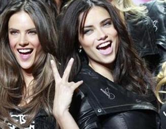 Geçen yıl Victoria's Secret defilesinde yarım saat podyumda kalan iki manken de 1 milyon dolar kazandı.