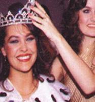 KARİYERİ SKANDALLA BAŞLADI  Aradan geçen 30 yıl içinde hiç gündemden düşmeyen Hülya Avşar'In kariyeri de skandalla başladı.   1983 yılında Türkiye Güzeli seçildi Avşar. Ama tacının keyfini bile çıkaramadan bir skandal patlak verdi.