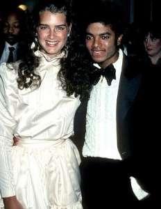 Onlar, 80'li yıllarda tanışmışlardı ve aşk dedikoduları da hemen başlamıştı. Michael Jackson, aralarında ciddi bir ilişki olduğunu söyledi. Brooke Shields da Michael Jackson'ı çok sevdiğini itiraf etti.