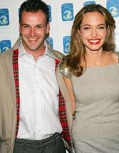 Jolie ile ilk eşi Jonny Lee Miller birbirlerine çok yakıştırılıyordu.