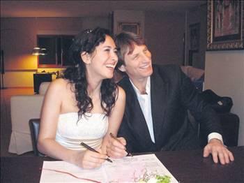 Daha sonra Feraye Tanyolaç'ın hamile olduğu öğrenilince, şöhreti ikiye katlandı.
